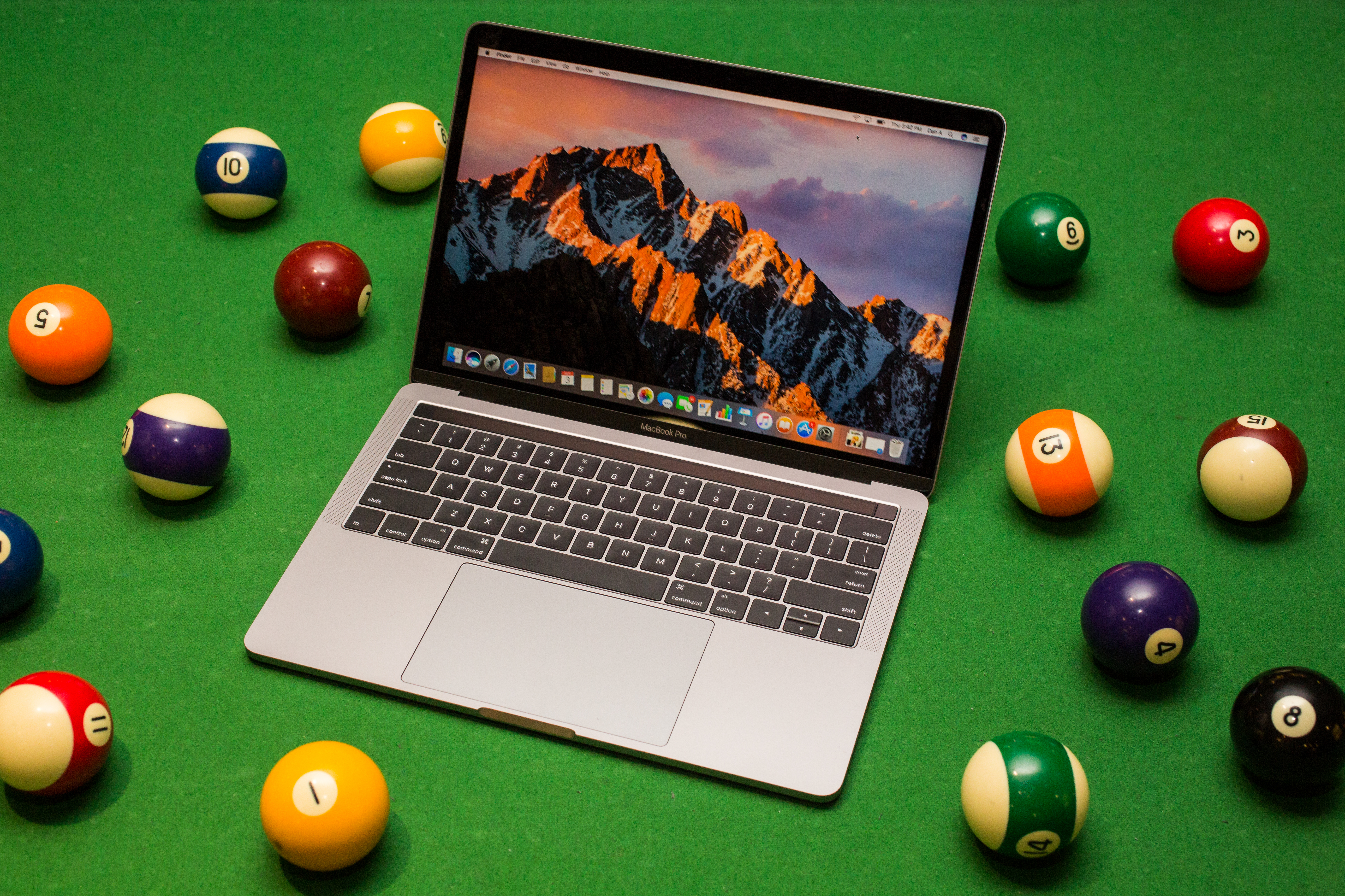 apple-macbook-pro-with-touch-bar-13-inch-2016-48.jpg