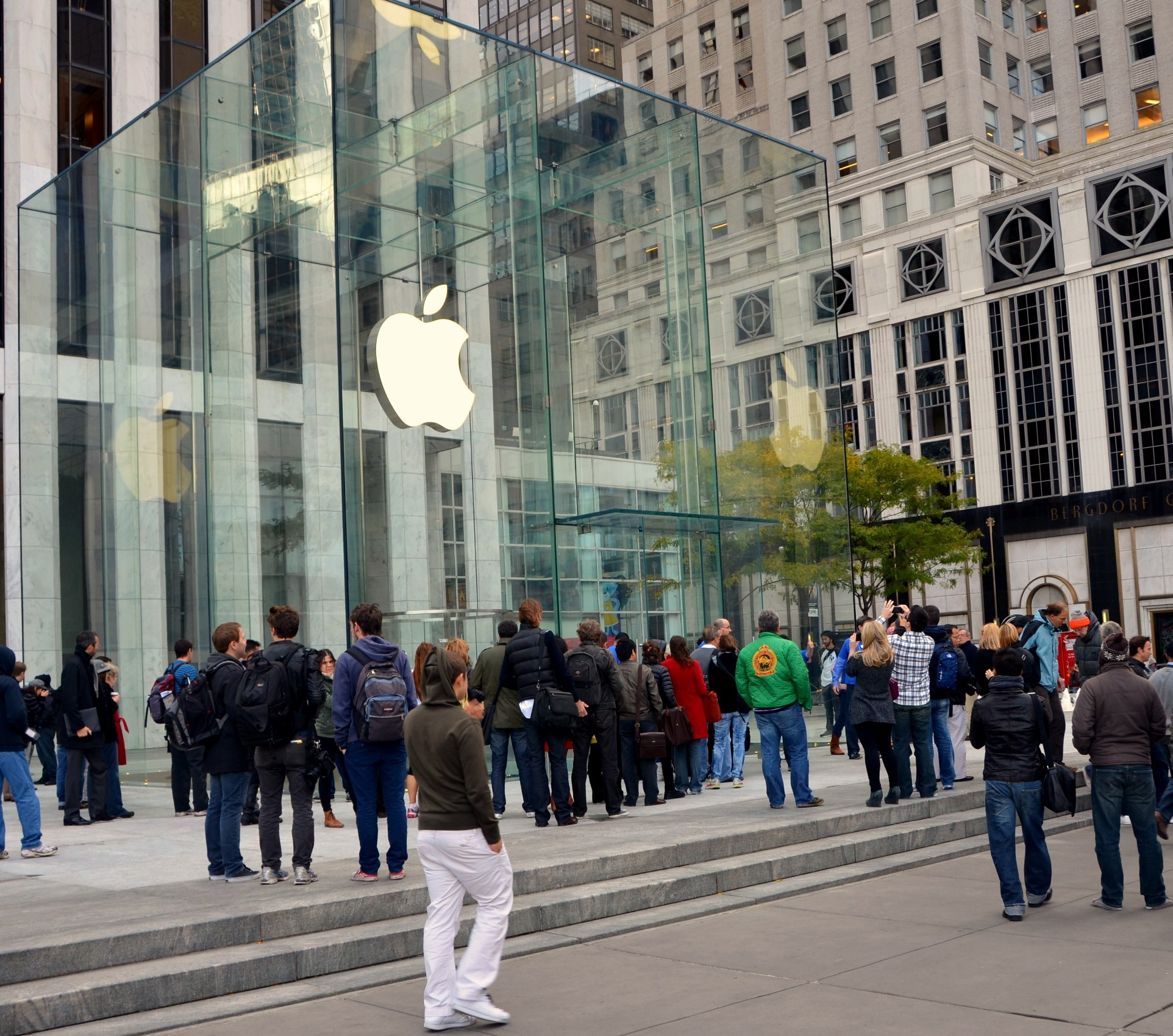 Apple unveils renovated 'Cube' store