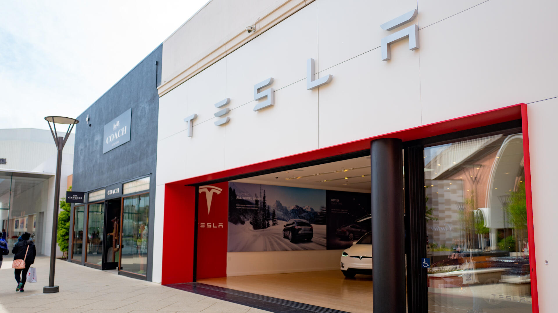 Video: Tesla could shutter showrooms, Twitter adds shopping module