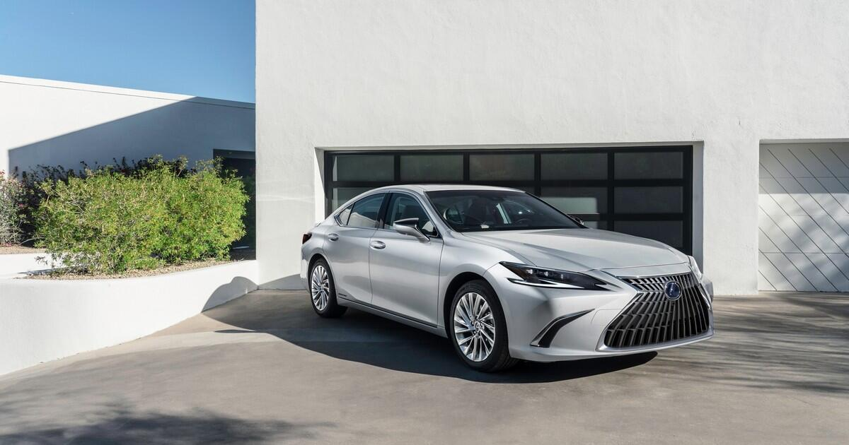 2022 Lexus ES gets a big touchscreen, new safety tech and minor stylin... image