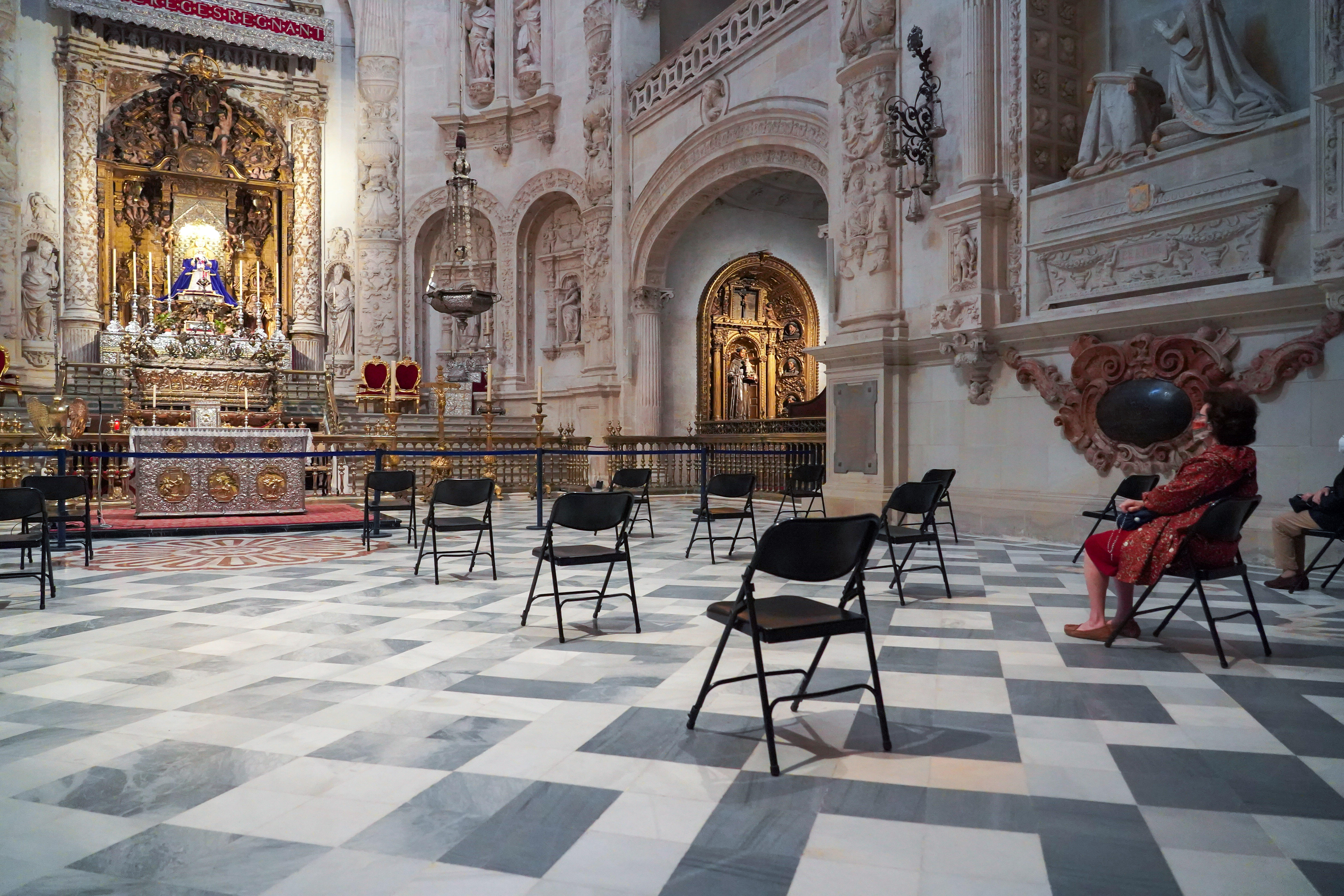 Spain: Worshippers return to church