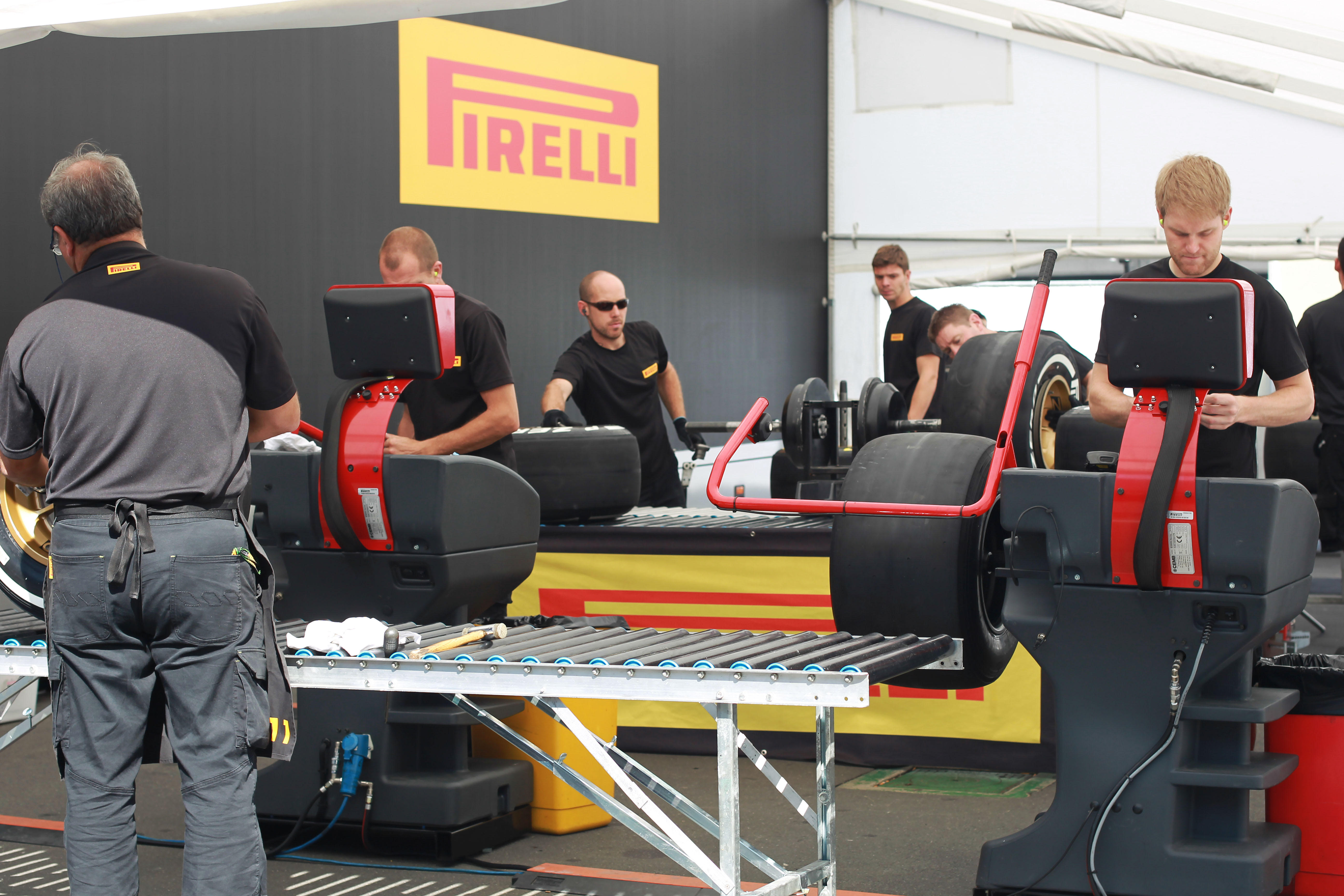 tire-fitting-in-the-fitting-area-2