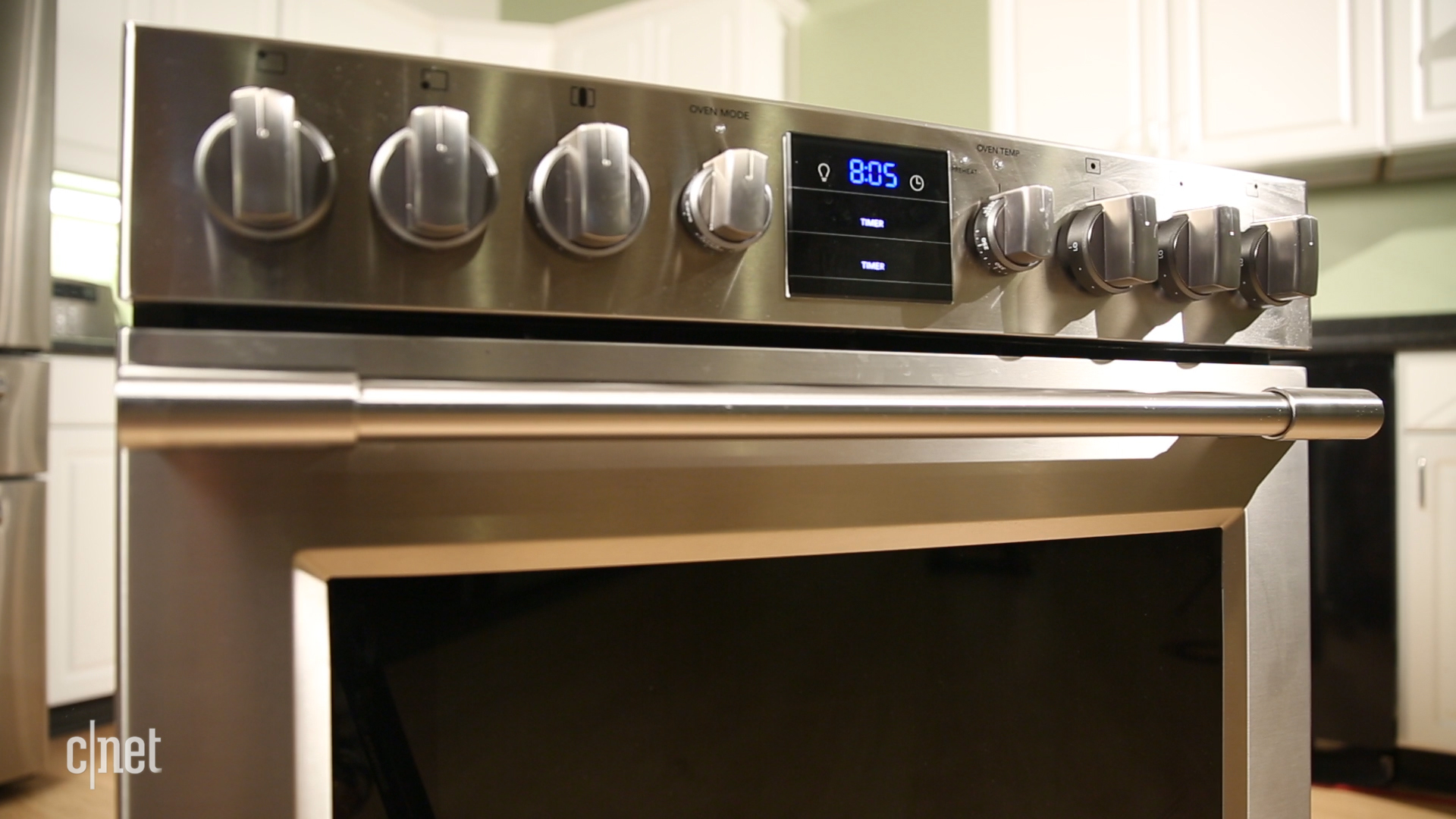 Video: A powerful burner is the highlight of this Frigidaire gas stove