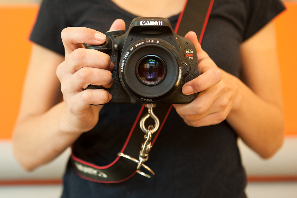 How to wear the gliding camera strap