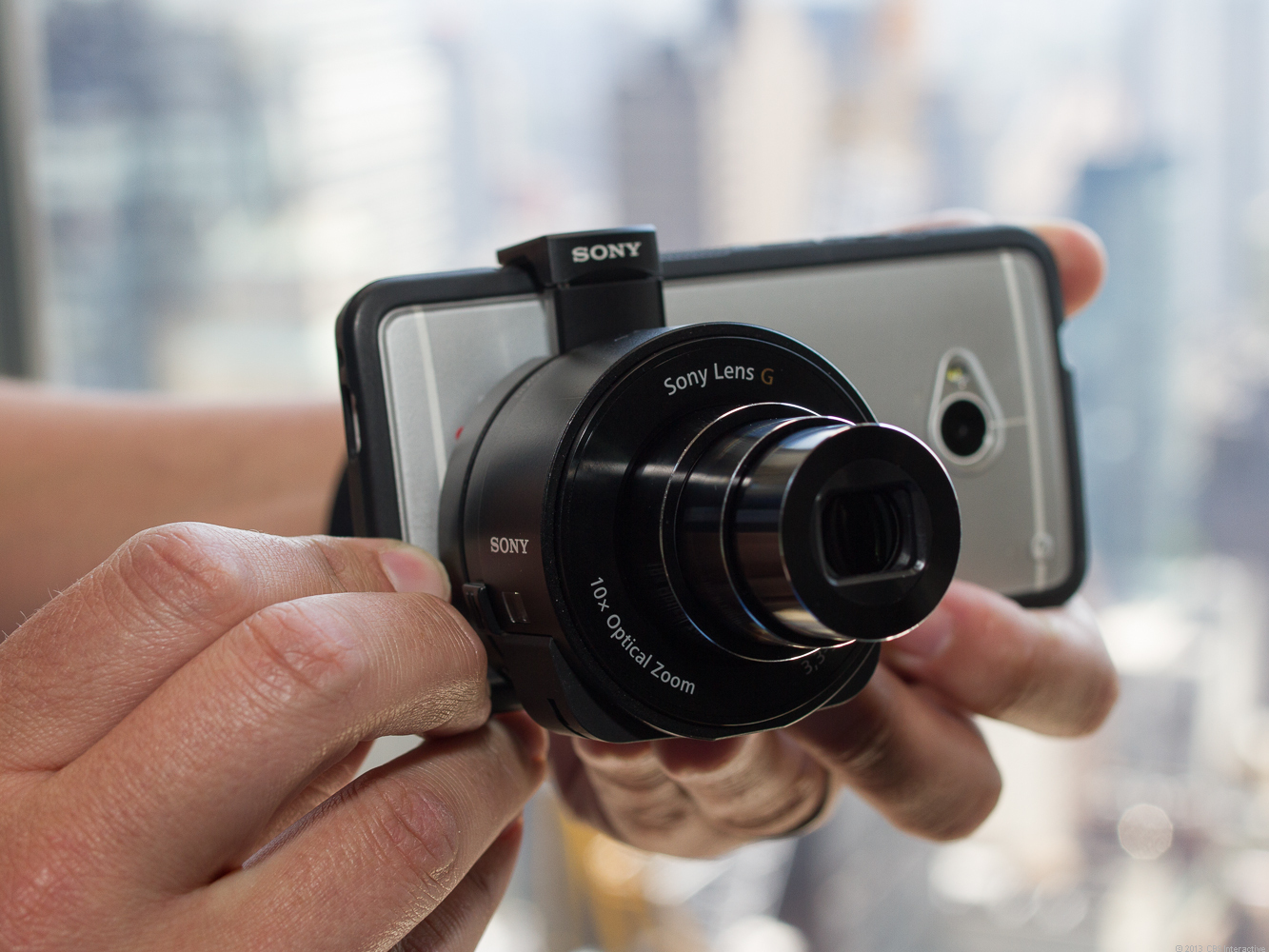 A lens-shaped body for your smartphone