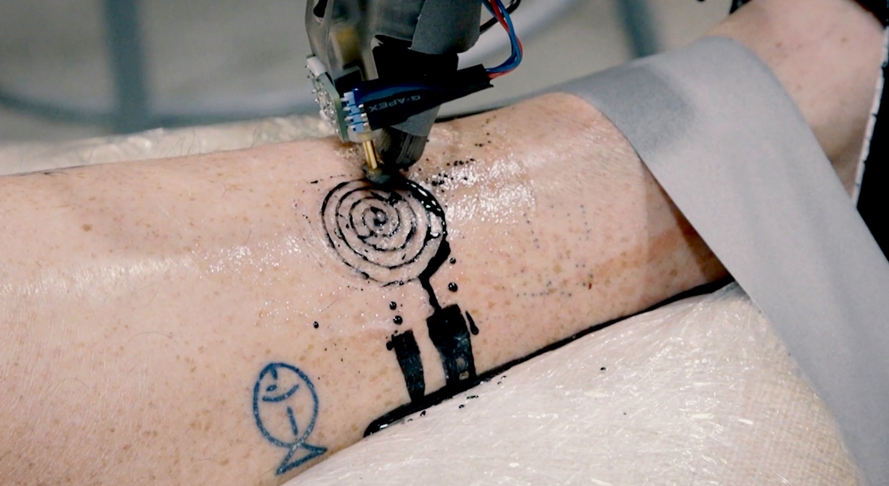Video: Getting a tattoo from an industrial robot looks intense (Tomorrow Daily 404)