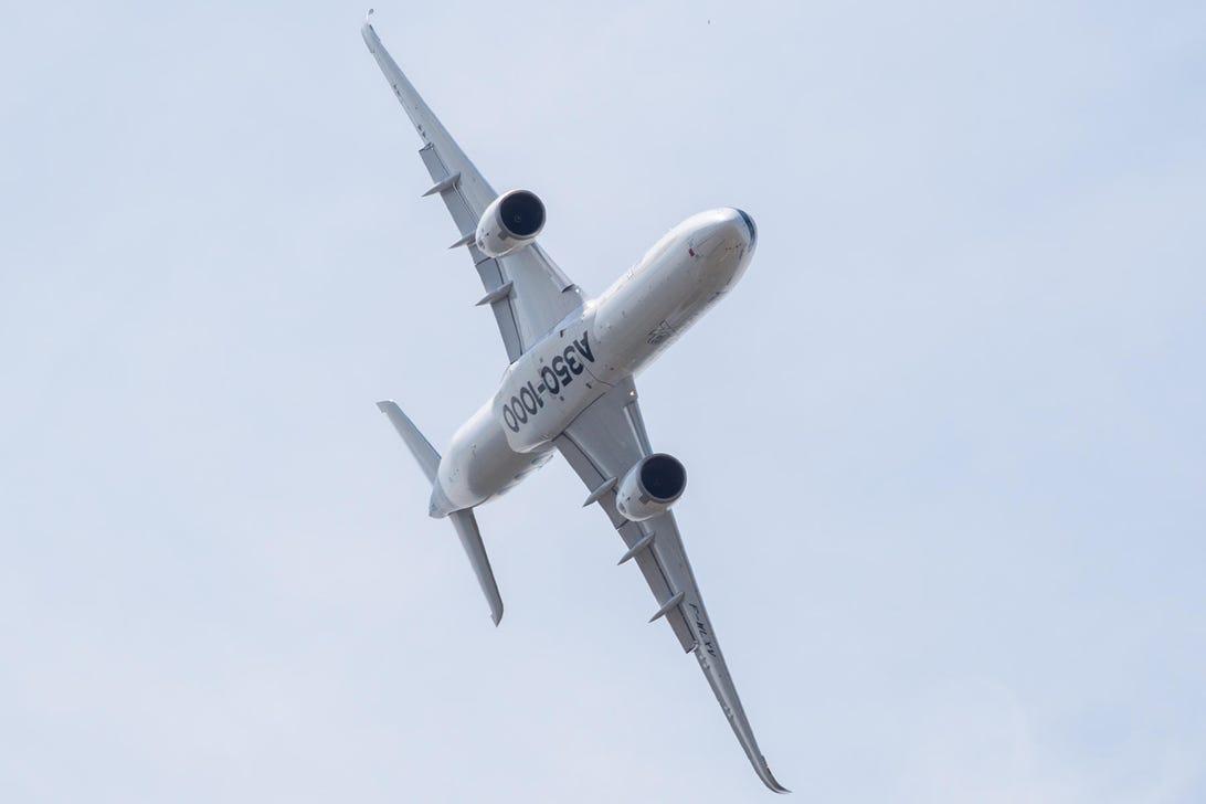 airbus-a350-1000-aerial-acrobatics-flying-airshow-paris-8