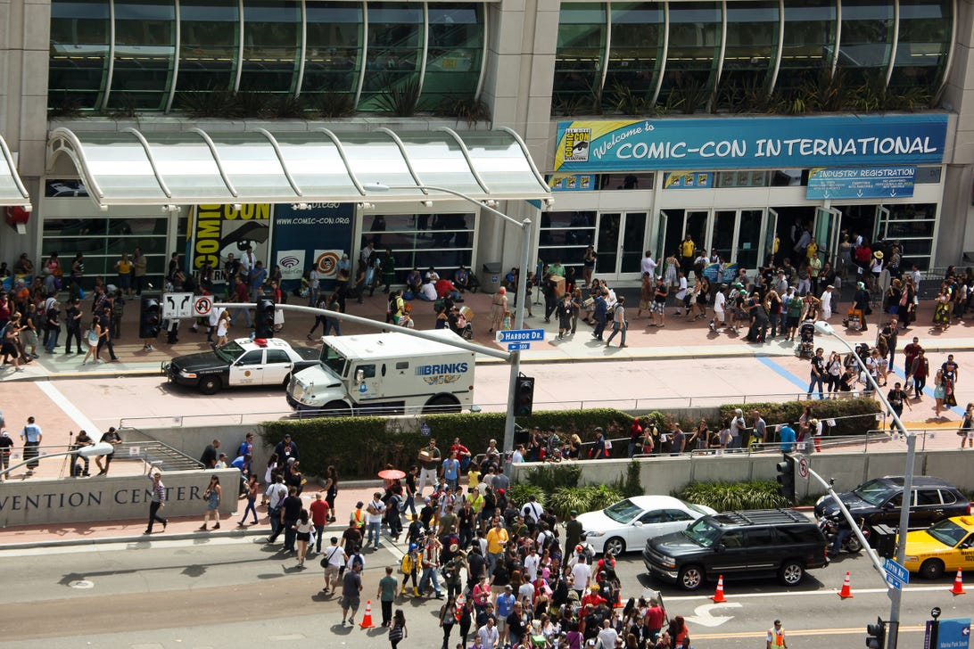 SDCC12_outside_crowd_1.jpg