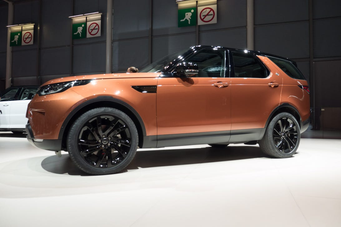 2017 Land Rover Discovery at the 2016 Paris Motor Show