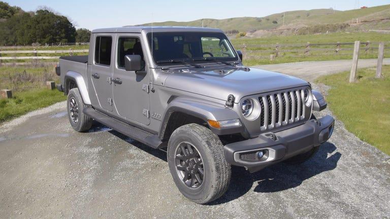 rs-first-jeep-gladitor-2020-holdingstill