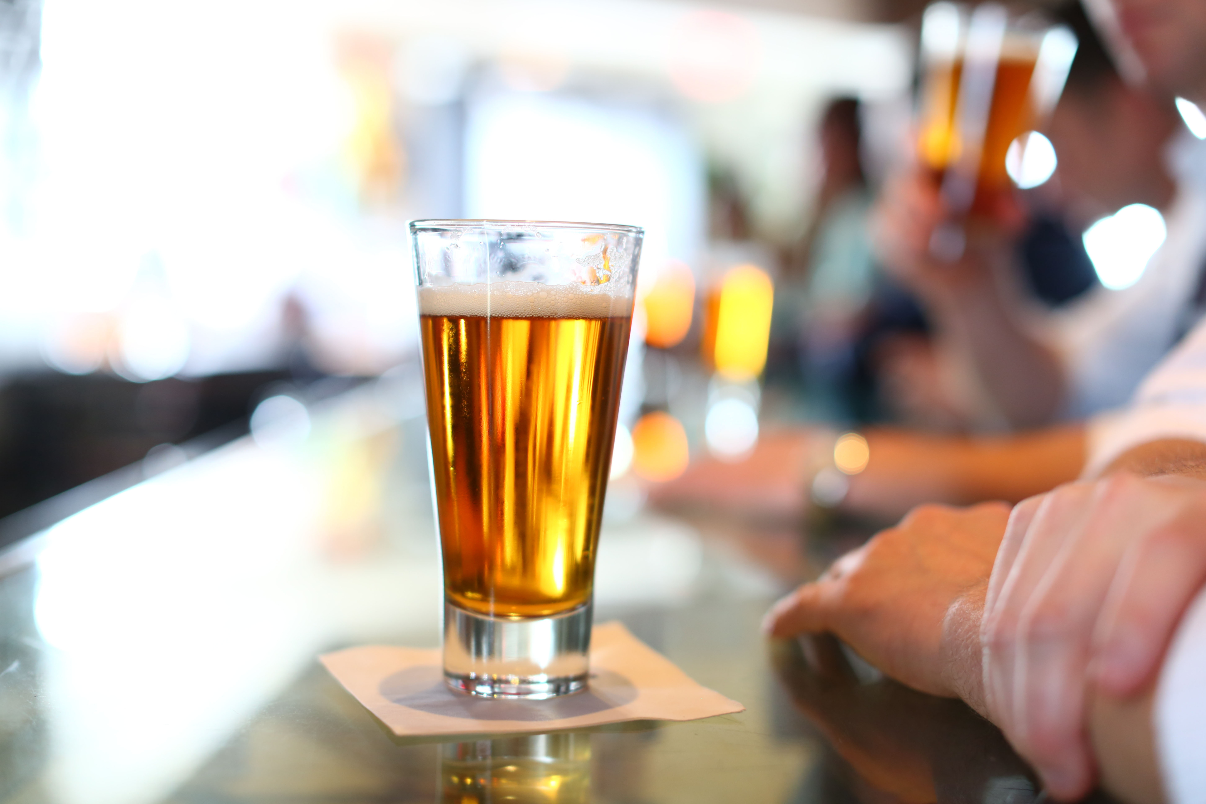 gettyimages-glass-of-beer-at-bar.jpg