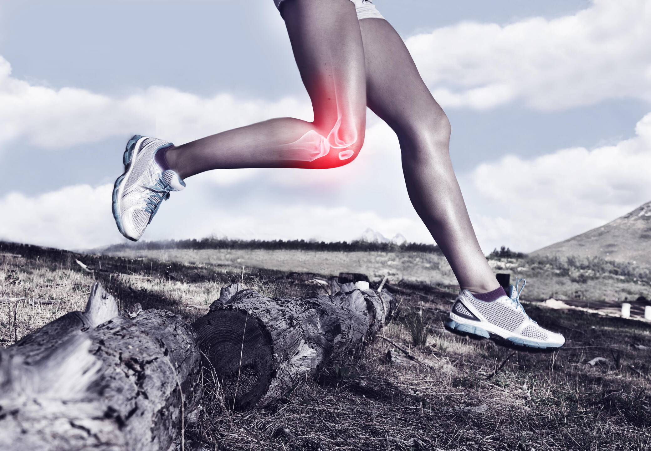 Image of a woman running depicts knee pain