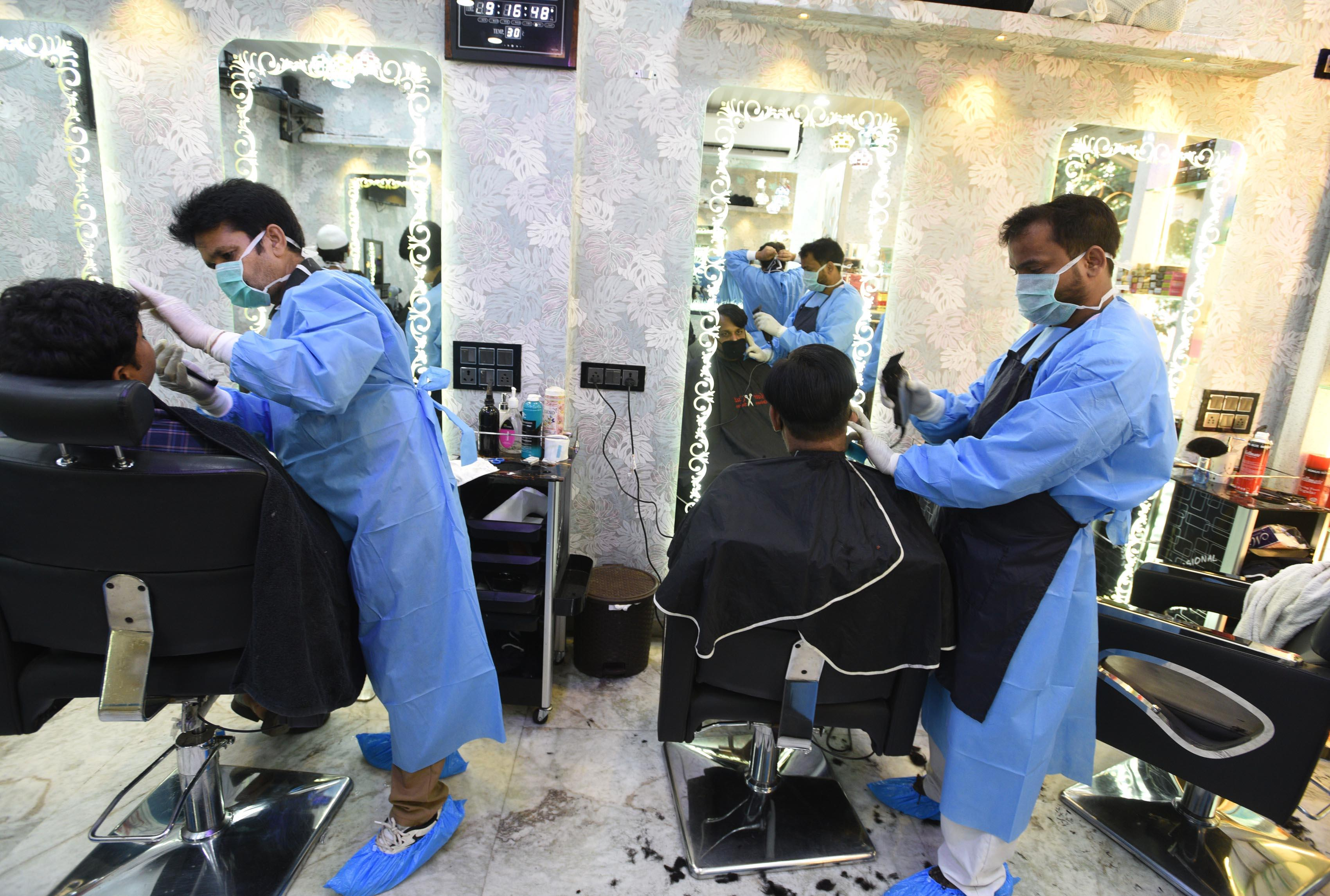 India: Hairdressers protect themselves
